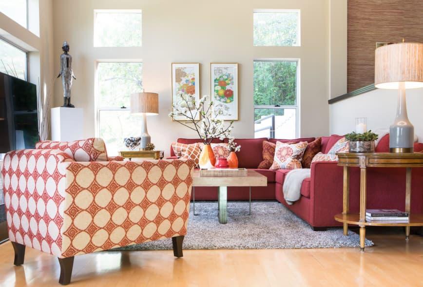 Cele mai frumoase culori pentru living - combinatie de visiniu, crem, bej si portocaliu