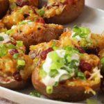 Cartofi umpluti, cu sos de smantana si carne de pasare